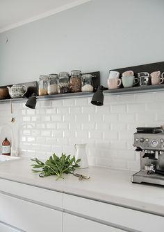 White Subway Tiles / Weiße Metrofliesen in der Küche White Subway Tiles / White Metrofiles in the kitchen Kitchen Tiles, New Kitchen, Kitchen Decor, Kitchen Shelves, White Subway Tiles, Kitchen Stories, Cuisines Design, Küchen Design, Interior Design Kitchen