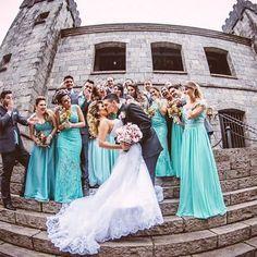 {Casamento no Castelo} A Camila, #noiva do #postdehoje escolheu o Azul Tiffany para os padrinhos e madrinhas. Isso mesmo, madrinhas com vestidos e padrinhos com gravata na cor azul Tiffany, que eu adoro! E as fotos ficaram lindas!Vem conferir!  . Todos detalhes no blog : Via aplicativo APP Noivas do Brasil www.noivasdobrasil.com.br LINK DIRETO PARA POST NO PERFIL DO INSTA  #noivasdobrasil #weddinginspiration #life #wedding #casamento #bride #noiva #casar #weddingdres...