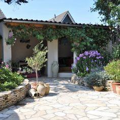 Gestapelde Natuurstenen Muren maken met vlakke Flagstones! Foto's Xeriscaping, Spanish House, Flagstone, Dream Garden, Garden Inspiration, Flora, New Homes, Backyard, Exterior
