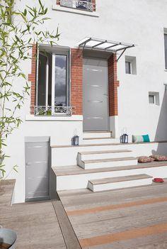 Porte d'entrée acier contemporaine sans vitrage   Un décor postformé aux lignes prononcées, orné d'un décor gris aspect Inox (face extérieure uniquement). Une porte acier au design affirmé.  Modèle Panthère
