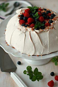Pavlova Clássica - Basta Cheio Bolo Pavlova, Mini Pavlova, Strawberry Cakes, Coco, Tart, Cake Recipes, Brunch, Food And Drink, Pudding