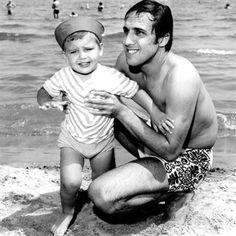 Rimini 1970 circa Adriano Celentano sulla spiaggia