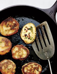 Cast-Iron Comfort: Bacon Scallion Hoecakes - the original field feast Iron Skillet Recipes, Cast Iron Recipes, Hoecake Recipe, Bacon Recipes, Cooking Recipes, Cornmeal Recipes, Bread Recipes, Hoe Cakes, Cast Iron Cooking