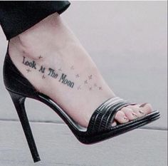 dakota johnson celebrity tattoos placement love this tattoo . Dakota Johnson Tattoos, Dakota Johnson Feet, Estilo Dakota Johnson, Dakota Mayi Johnson, Mysterious Tattoo, Foot Tattoos For Women, Look At The Moon, Classic Tattoo, Sexy Sandals