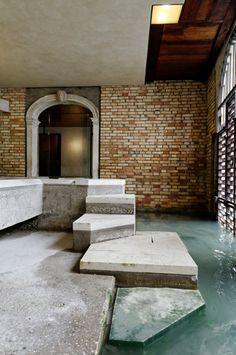 Venice, Italy. Carlo Scarpa. Fondazione Querini Stampalia, Venice, 1961–1963 -idée d'accès à l'extérieur par l'espace aquatique discret et naturel.