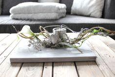 TD65 – Außergewöhnliche Tischdeko! Holzbrett, gebeizt und weiß gebürstet, dekoriert mit natürlichen Materialien, künstlichen Calla, einem Herz und einem Teelichthalter aus Edelstahl! Preis 34,90€