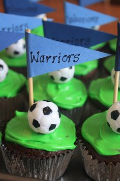 soccer team party cupcakes Instead of writing warriors write each persons name Soccer Cupcakes, Soccer Birthday Cakes, Soccer Cake, Party Cupcakes, Soccer Party, Cute Cupcakes, Cupcake Cakes, Soccer Treats, Soccer Snacks