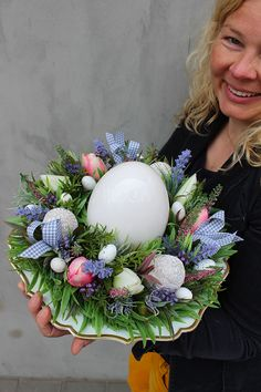 Easter Flower Arrangements, Easter Flowers, Spring Door Wreaths, Easter Wreaths, Diy Easter Decorations, Christmas Decorations, Easter Egg Designs, Holiday Themes, Diy Arts And Crafts