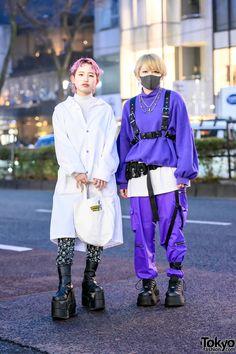All white long coat and platform boots look vs purple harness and platform boots look on the street in Harajuku, Japan. Japon Street Fashion, Japanese Street Fashion, Tokyo Fashion, Harajuku Fashion, Fashion Outfits, Street Style Boy, Tokyo Street Style, Tokyo Style, Japan Street