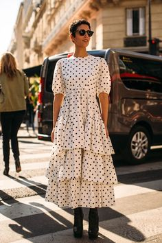 Proof Paris Street Style Is The Best Outfit Inspiration You'll See All Year The Best Street Style From Paris Fashion Week Spring 2019 New Street Style, Looks Street Style, Street Style Trends, Cool Street Fashion, Looks Style, Look Fashion, Spring Fashion, Fashion Design, Spring Street Style