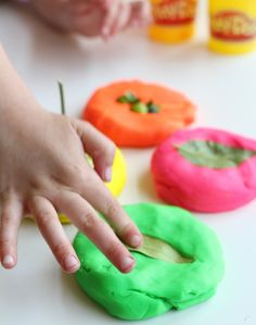 playdough nature activity for kids Outdoor Activities For Toddlers, Nature Activities, Family Activities, Projects For Kids, Crafts For Kids, Water Kids, Homemade Bubbles, Sensory Art, Bubble Wands