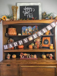 Free printable Happy Fall Banner! Great home decor or gift. Easy, free craft for Thanksgiving too.