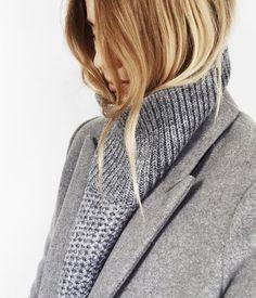 Rien de tel qu'un pull col roulé porté le col déroulé pour remplacer une écharpe ! (instagram Mija)