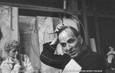 Ingmar Bergam in piedi che riflette - 1971 - Foto Enzo Nocera - © Laudie Nocera