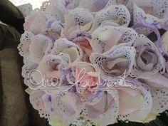 Coni portariso e lancio di petali di rosa