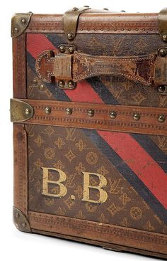 LOUIS VUITTON Malle lit (manque le lit) monogrammée BB-Tajan - Tajan Live Auctions June 29. Luxury and vintage auction