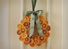 Christmas DIY: dried citrus wreath: dried citrus wreath: dry oranges at 200 degrees for about 6 hours Bohemian Christmas, Natural Christmas, Homemade Christmas, Simple Christmas, Winter Christmas, Christmas Holidays, Christmas Oranges, Natal Natural, Navidad Natural