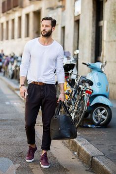 Street looks à la Fashion Week homme Milan, t-shirt blanc, sac homme