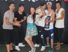 If you had a meet and greet picture done with the boys. What kind of pose would you do? By the way, I like this one. All the boys are involved and not just Harry & Niall. :) -Donna