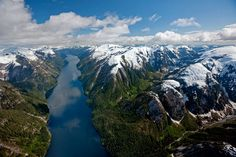 Los picos nevados se yerguen a ambos lados de un angosto brazo del Cascade Inlet, en la costa de la Columbia Británica. A sólo 160 kilómetros está la ruta propuesta para petroleros, que conduciría los buques a través de un laberinto de fiordos y canales.