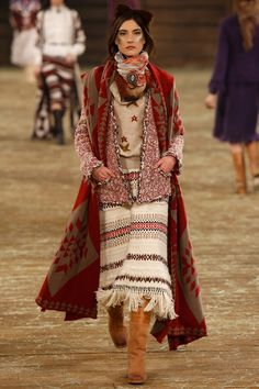 Chanel Pre-Fall 2014 - Runway Photos - Fashion Week - Runway, Fashion Shows and Collections - Vogue Chanel Fashion, Boho Fashion, High Fashion, Fashion Design, 2014 Trends, Fall Trends, Fashion Week, Fashion Show, Review Fashion