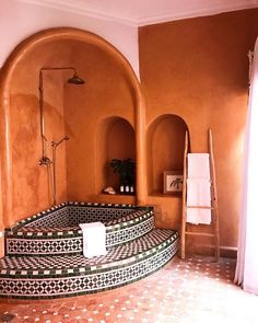 The owners of this riad ( bought and began renovating it three years ago, just about the same exact time that we found… Maison Earthship, Earthship Home, Interior Architecture, Interior And Exterior, Interior Design, Tadelakt, Home Improvement Loans, Natural Building, Beautiful Bathrooms