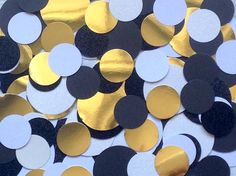 Voeg een beetje pop van kleur en sparkle om uw feest of de viering met dit vermaak & glamoureuze confetti. De confetti is gemaakt van karton, in geweven zwart / wit, glitter zwart & wit en goud folie. De confetti-cirkels zijn een gelijke mix van twee maten, 1 1/2 in (3,81 cm) en 1 in (2,54)  Hoeveelheid confetti per pak is 130 stuks. Getextureerde zwarte - 30, getextureerde wit - 30, zwarte glitter - 20, witte glitter - 20, goud folie - 30  Opmerking: De glitter en goud folie stukken zijn…