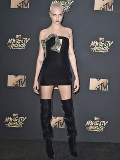 【ELLE】写真 カーラ・デルヴィーニュ(Cara Delevingne) エマ・ワトソンにカーラも! MTV ムービー&TVアワード2017 ドレスを一気見 エル・オンライン