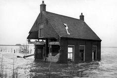 het water staat erg hoog en huizen zijn verwoest. Holland, Windmill, Netherlands, Dutch, Water, House Styles, Photography, Beautiful, Live