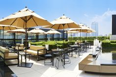 Best open-air restaurants and bars in Tokyo Looking for a terrace café or a rooftop bar? Tokyo has p Outdoor Restaurant Design, Open Air Restaurant, Terrace Restaurant, Small Courtyard Gardens, Small Courtyards, Roof Gardens, Small Terrace, Rooftop Dining, Rooftop Terrace