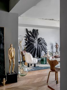 the interior design of 'pippa's apartment' by muxin studio in shanghai uses the client's art collection to create unique spaces. Home Interior Design, Interior And Exterior, Exterior Design, Design Interiors, Estilo Kitsch, Living Room Designs, Living Room Decor, Small Apartment Design, Deco Design