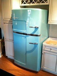 Dream fridge! Retro Home Decor, Vintage Decor, Vintage Style, 1950s Style, Vintage Pink, Kitchen Styling, Kitchen Decor, Kitchen Ideas, Retro Kitchen Tables