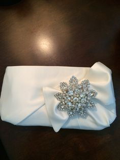 Sewing Patterns Linda's Bow Clutch in satin, with added brooch. Made for her daughter for her wedding. Bow Purse, Bow Clutch, Wedding Clutch, Wedding Bag, Best Leather Wallet, Fabric Wallet, Simple Bags, Wallets For Women, Purses And Bags