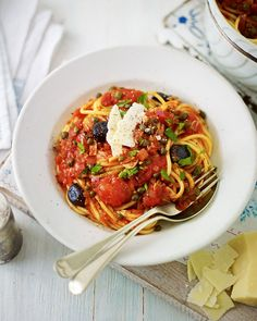 A vegetarian spaghetti alla puttanesca. Rose Elliot's recipe leaves out the anchovies but is still full of capers, tomato and olives. Veggie Recipes, Vegetarian Recipes, Cooking Recipes, Healthy Recipes, Easy Recipes, Healthy Food, Vegetarian Italian, Vegetarian Dinners, Healthy Eating