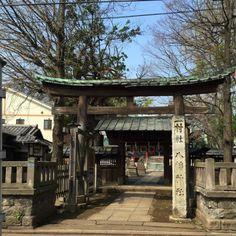 Magome Hachiman Shrine.  Siéntase buenas piezas de madera por Torii.  # # # Torii del santuario de Tokio