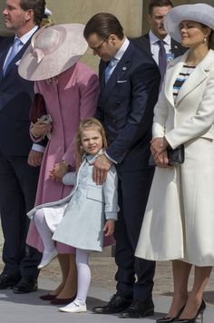La toute mignonne petite princesse Estelle n'a pas manqué de se faire remarquer ce samedi lors des cérémonies des 70 ans de son grand-père le roi de S...