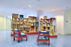 Installation d'une bibliothèque en caisses de vin au CCAS de Bordeaux. Réfection des fauteuils. Par ATELIER D'éco SOLIDAIRE.