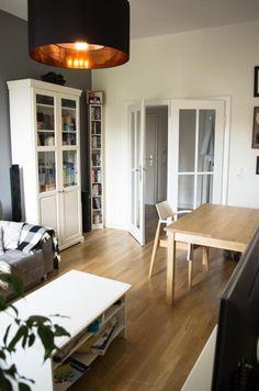 Wohnzimmer In Leipzig. Parkett, Flügeltüren, Vitrine Und Esstisch. Wohnung  In Leipzig