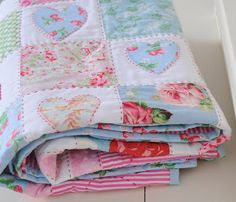 strawberry hearts quilt by Helen Philipps So shabby chic :) Quilt Baby, Quilting Projects, Quilting Designs, Quilting Ideas, Quilt Inspiration, Shabby Chic Quilts, Shabby Chic Quilt Patterns, Strawberry Hearts, Diy Accessoires