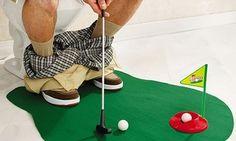 Witziger sportlicher Zeitvertreib auf dem stillen Örtchen mit Putting Green, Fußballteppich oder Basketballkorb