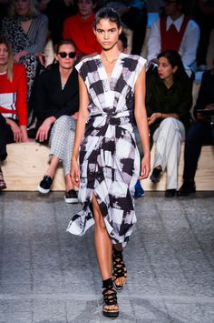 Sportmax at Milan Fashion Week Spring 2015 - Runway Photos