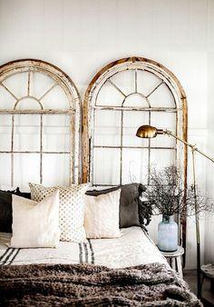 Cabecero con ventanas de madera recicladas