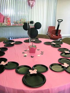Minnie Mouse party decorations - cleverly placed party plates