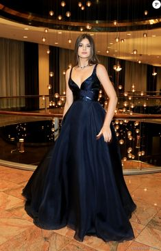 Camila Queiroz conta que vestido do Emmy rasgou: 'Fiquei 20 minutos na festa'