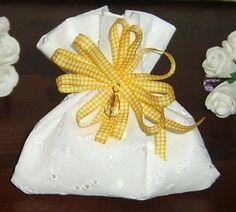 Deliziosi sacchetti portaconfetti realizzati a mano in cotone, Sangallo, nastri di raso… 3€ su misshobby.com