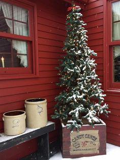 02 Farmhouse Christmas Porch Decor Ideas Love this box Prim Christmas, Farmhouse Christmas Decor, Country Christmas, Outdoor Christmas, Christmas Tree In A Box, Christmas Front Porches, Wooden Crates Christmas, Cowboy Christmas, Christmas Swags