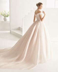 Vestido y cola clásico de costura con cuerpo de encaje y pedrería adicional y…