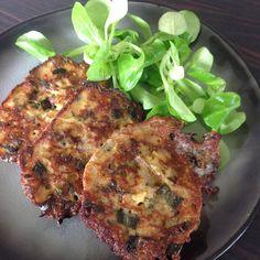 recette anti-gaspi qui permet d'utiliser le pain rassis ainsi que le vert du poireau. Ideal avec une salade verte en entrée ou avec une sauce tomate à côté. 150gr de pain environ ( une demie baguette ) lait 4 œufs le vert de 2 poireaux 1 poignée de fromage...