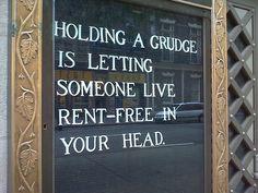 Portare rancore significa consentire a qualcuno di stabilirsi nella tua mente senza pagare l'affitto.