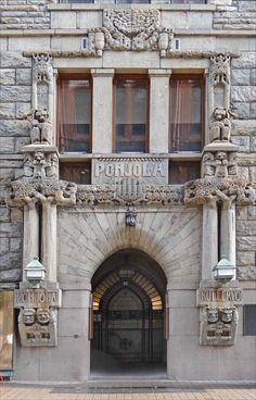 L'immeuble jugendstil (art nouveau) de la compagnie d'assurance Pohjola a été conçu par Eliel Saarinen, il a été construit en 1901.   Le décor de la façade a été réalisé par Hilda Flodin.